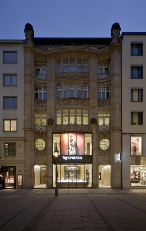 L'esterno della Nespresso Flagship Boutique di Monaco