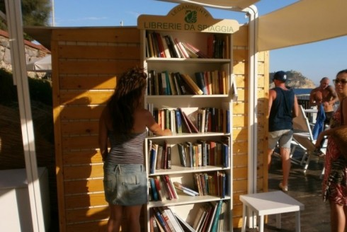 Una delle librerie da spiaggia di Legambiente presenti sulle coste italiane